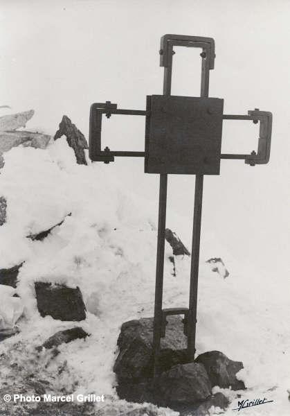 Croix Arlaud au sommet des Gourgs-Blancs - Photo de Marcel Grillet