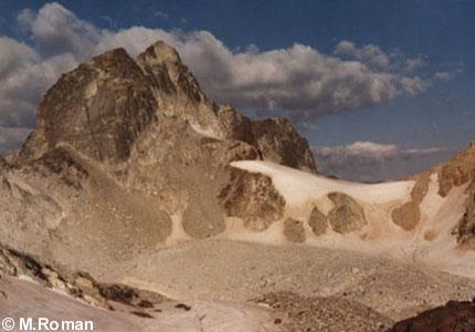 Pic des Gourgs Blancs et pic J.Arlaud, vus du col du pluviometre - Photo de Marcel Roman