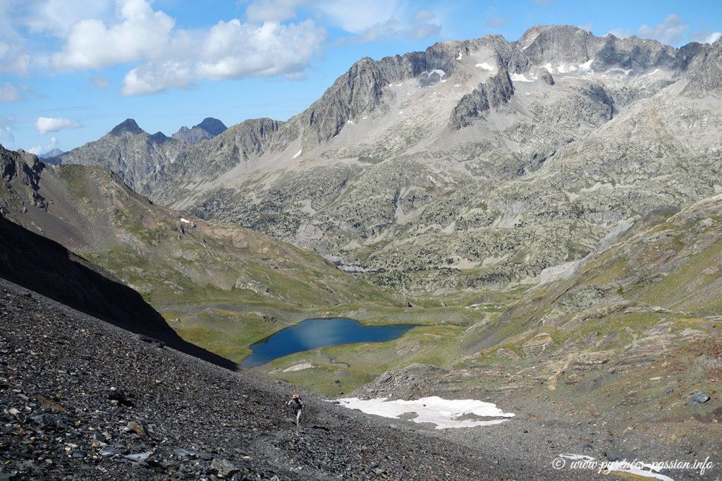 L' Ibon de Llena Cantal en montant au col de Tebarray. Au fond, les Frondellas et le Balaïtous