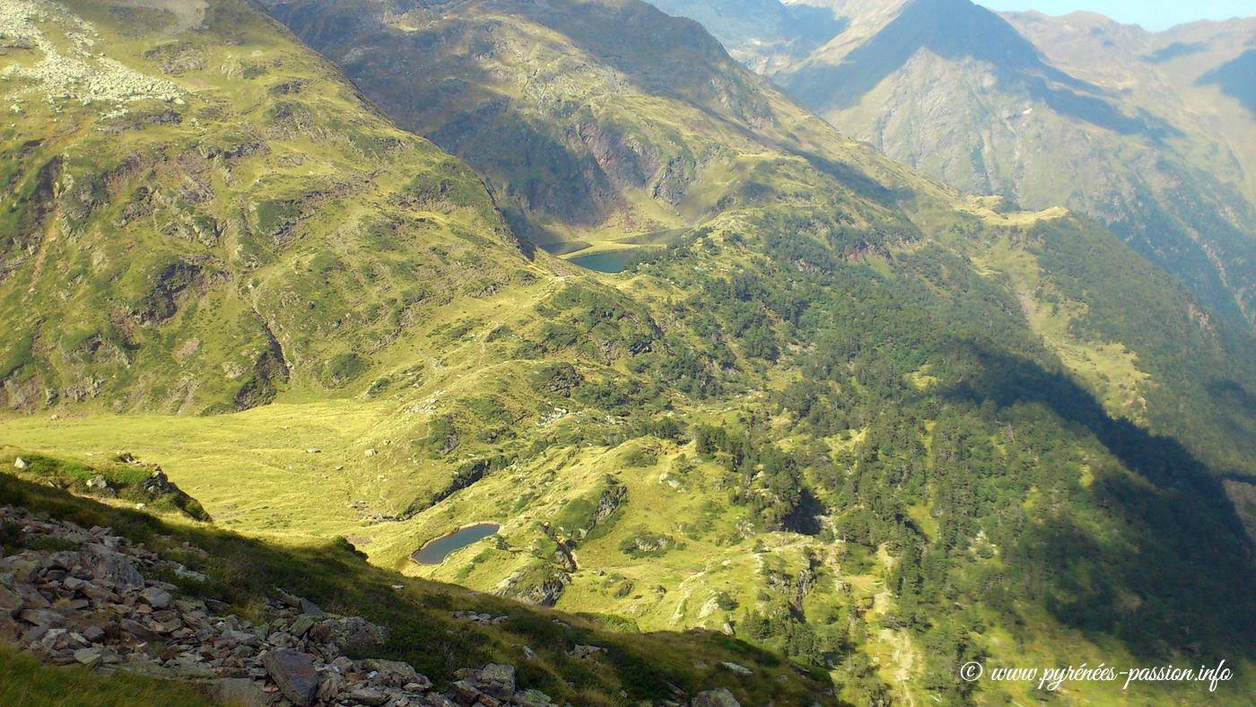 Le petit lac des Grauès au premier plan. Au fond le lac Vert.