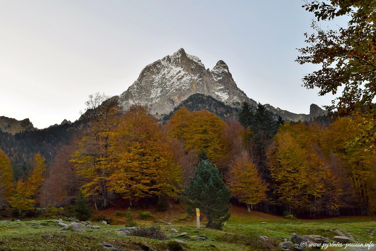Le pic du Midi d'Ossau en automne