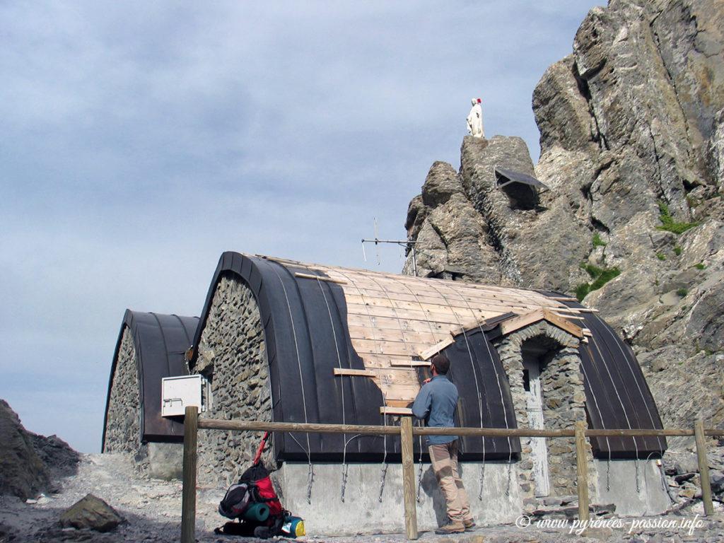 Le refuge de Tuquerouye en 2004. Le toit a été arraché par une tempête.