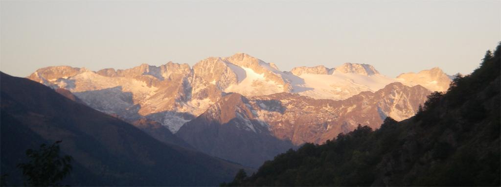 La traversée des Pyrénées en VTT Etape 10 Levé de soleil sur le massif de la Maladetta