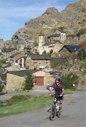 La traversée des Pyrénées en VTT - Etape 11 - Traversée du village de Tirvia en Catalogne