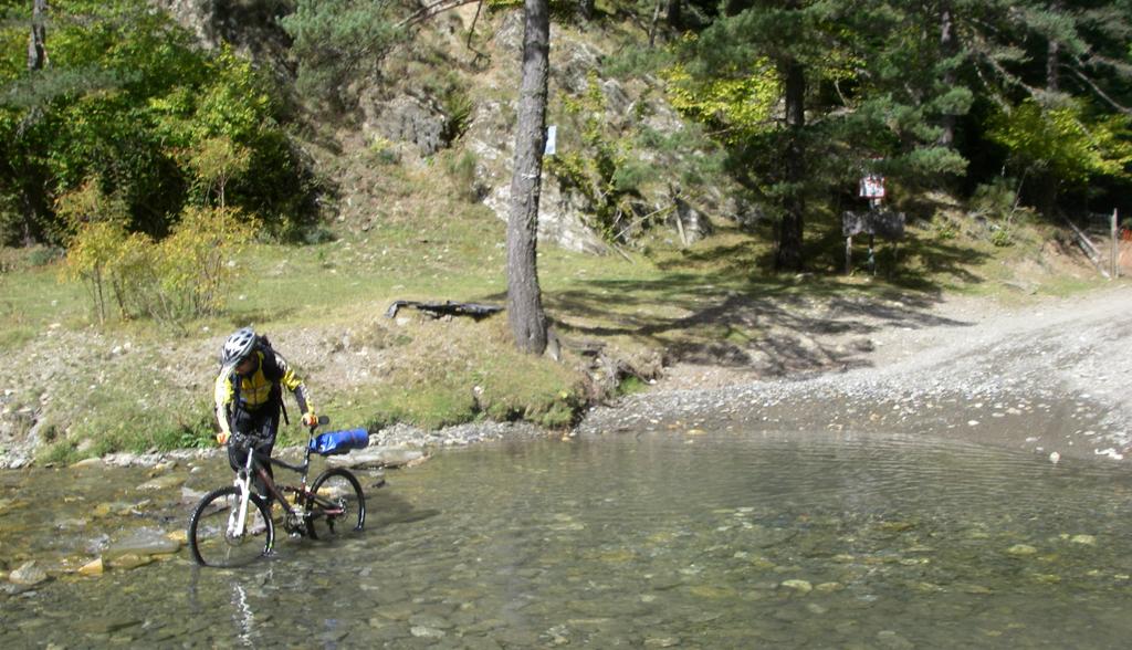 La traversée des Pyrénées en VTT - Etape 11 - Traversée de la riviére