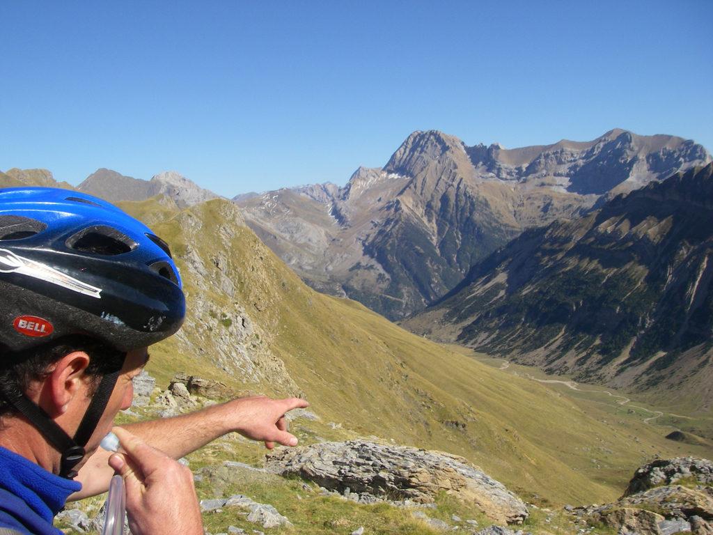 La traversée des Pyrénées en VTT - Etape 6 Du col de la Tendeñera vue vers la vallée qui descend à Bujaruelo