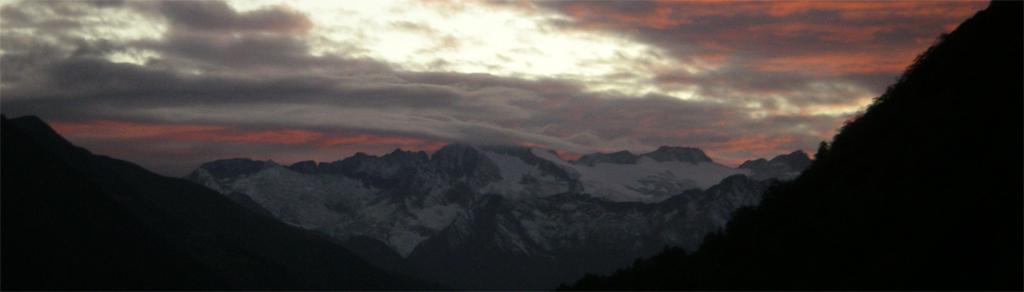 La traversée des Pyrénées en VTT Etape 9: Coucher de soleil sur le massif de L'aneto